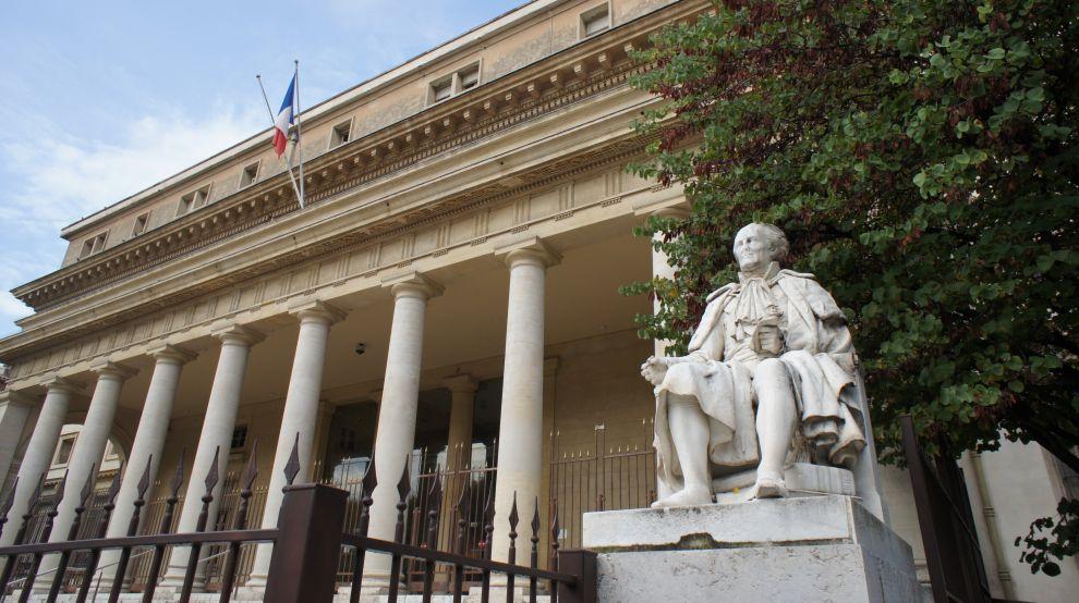 Colonnade_palais_de_Justice_by_JMC